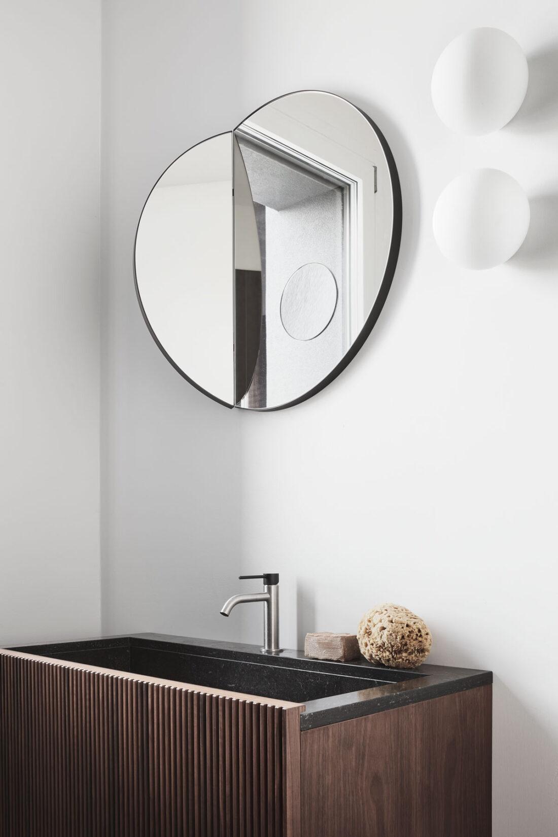 lavabo in stile giapponese in pietra naturale e legno con specchio circolare ed accessori