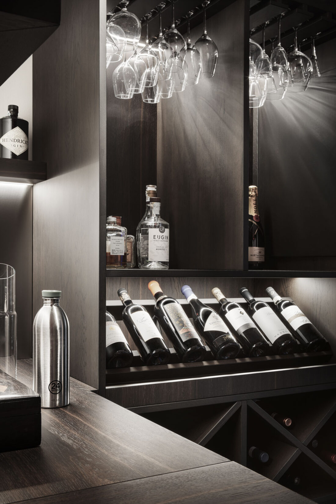 cantina privata in legno con vini di lusso, alcolici e bicchieri