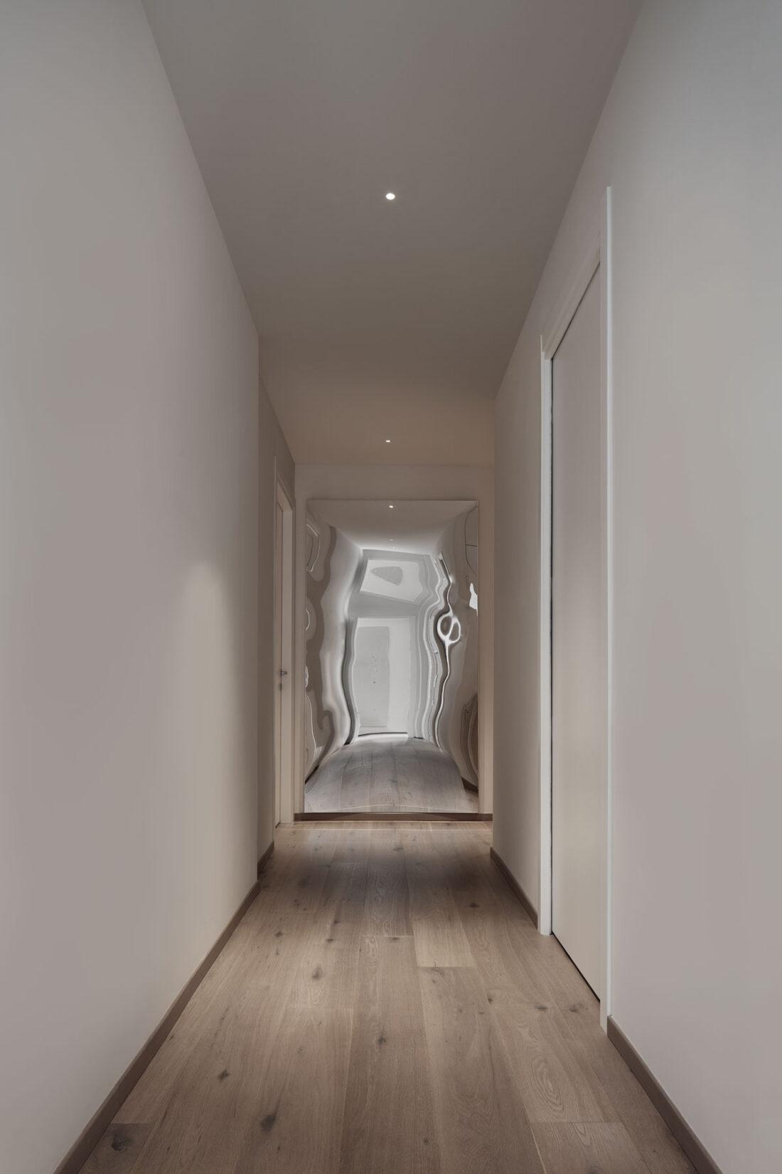 corridoio minimale di notte con uno specchio distorcente