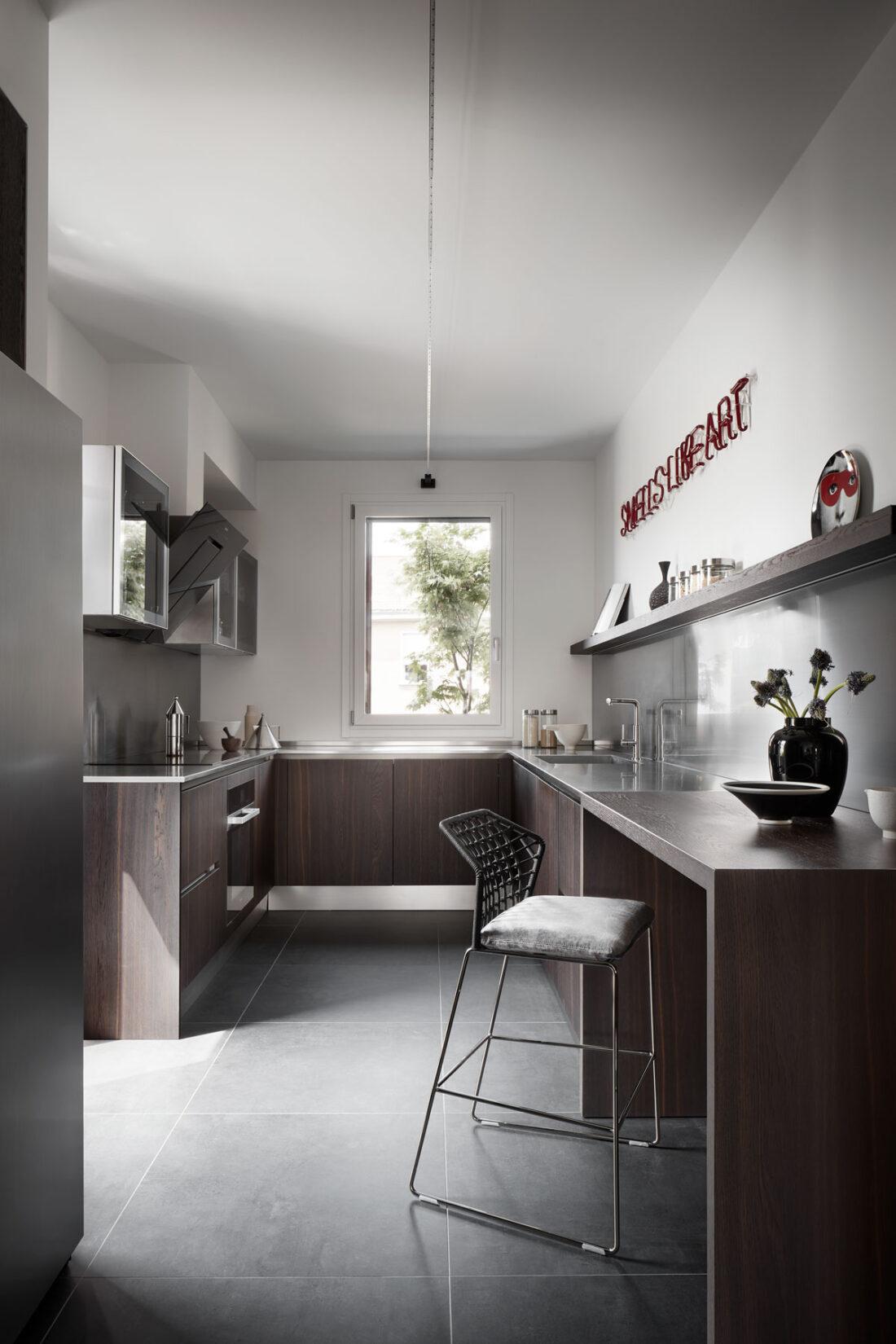 cucina moderna su misura in acciaio e legno scuro con elettrodomestici di lusso