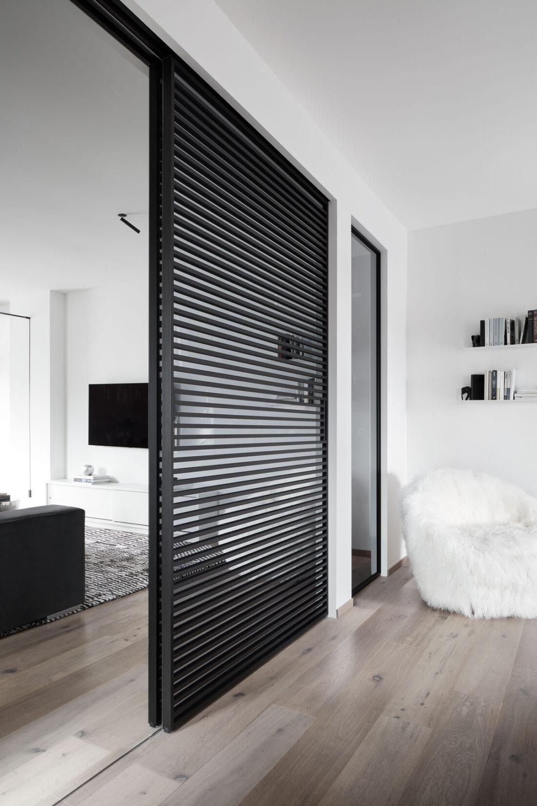 porta a scorrere in vetro con strisce in un salotto moderno