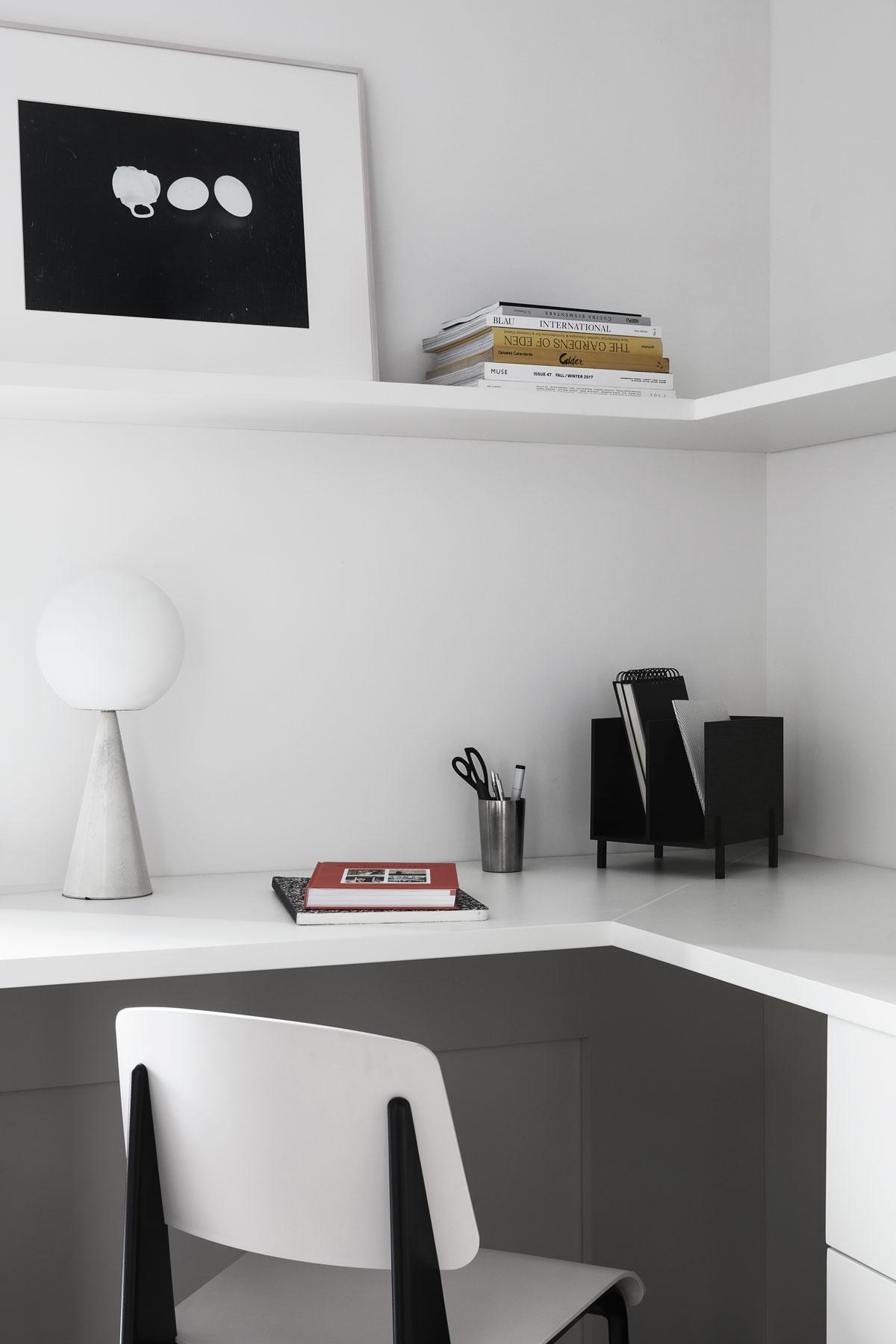 studio in bianco e nero con lampada vintage e quadro d'arte