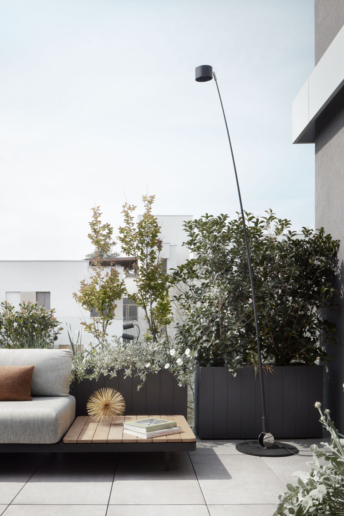 lampada piantana da esterni in un terrazzo di un attico